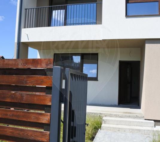 Vânzare duplex semifinisat cu 4 camere și teren frumos în Europa