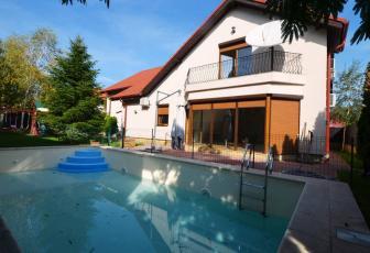 Vila cu piscina, localizata in apropiere de Starbucks