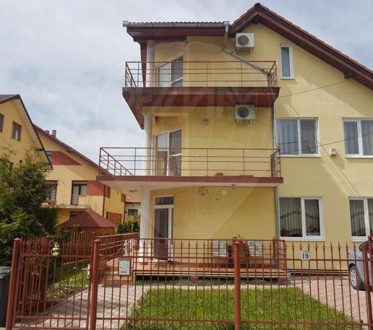 Apartament cu 4 camere de vânzare, intr-o casa în zona Campului