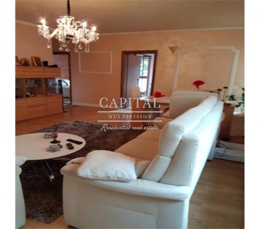 Vanzare apartament deosebit in bloc cu doar 3 apartamente, curte si terasa, 262.000 euro - imagine 1